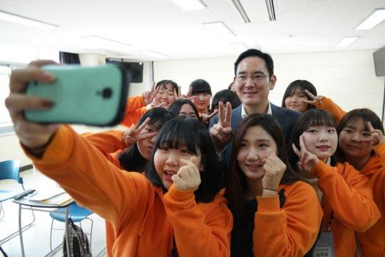 이재용 삼성전자 부회장이  2016년 1월 대전 충남대에서 열린 삼성의 교육 사회공헌 프로그램 '드림클래스' 현장을 방문해 참가자들과 기념촬영을 하고 있다. 삼성전자 제공.
