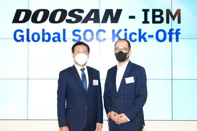 한국IBM은 두산디지털이노베이션(DDI)와 보안 서비스 파트너십(MOU)을 체결했다고 1일 밝혔다. MOU 현장에는 원성식 한국IBM 대표(사진 왼쪽)와 오명환 두산그룹 디지털 총괄 겸 DDI 부사장이 참석했다. IBM 제공.