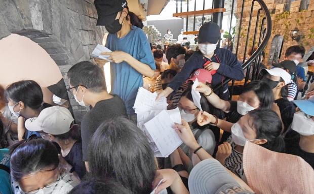8월 13일 오전 서울 영등포구 머지포인트 본사에서 가입자들이 환불을 요구하고 있는 모습. 사진=한경DB