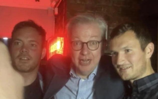 마이클 고브 실장(가운데)이 클럽에 있는 사람들과 사진을 찍고 있다/사진=Albert Bapaume 트위터