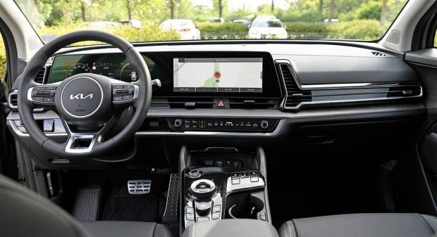 준중형 SUV 최초로 파노라믹 커브드 디스플레이가 적용된 스포티지. 사진=기아