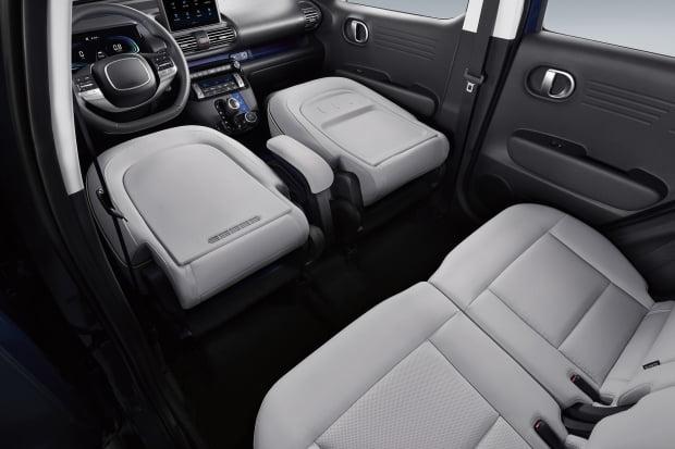 캐스퍼의 앞좌석을 모두 접은 모습. 사진=현대차