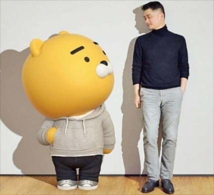 김범수 카카오 창업자 겸 이사회 의장(오른쪽)이 카카오 대표 캐릭터 '라이언'과 포즈를 취하는 모습 [사진=카카오 제공]