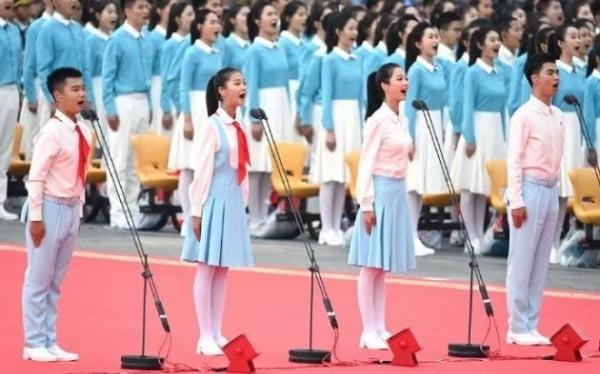 펑린(오른쪽 두번째)이 지난 지난 7월1일 천안문 광장에서 열린 중국공산당 창당 100주년 헌사를 선창하고 있다. /사진=펑린 웨이보