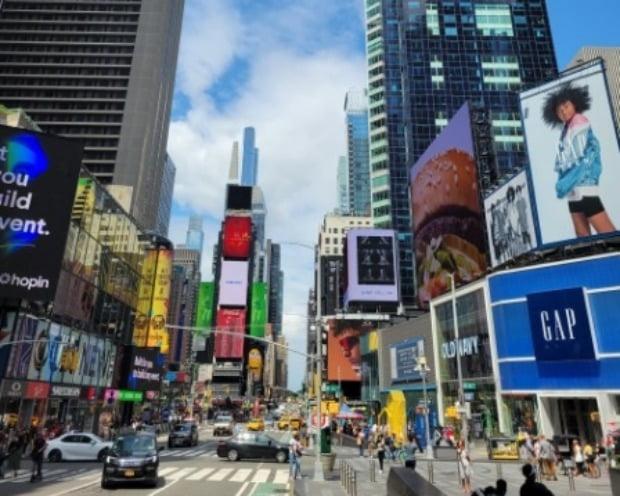 미국 뉴욕 맨해튼의 타임스퀘어 앞이 행인들로 분주하다. 뉴욕=조재길 특파원