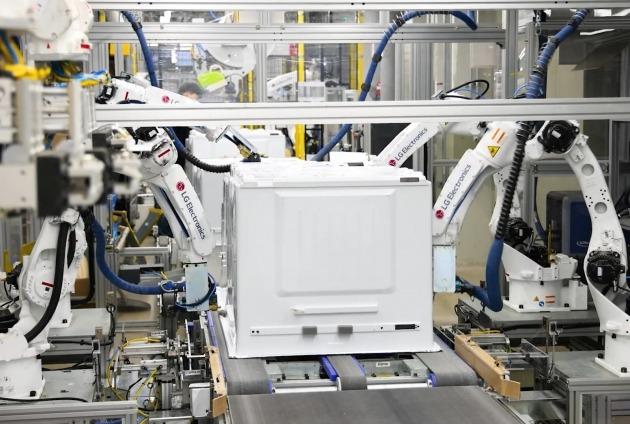 LG전자가 16일 경남 창원시에 있는 LG스마트파크에서 새롭게 재건축한 통합생산동의 1단계 가동에 들어갔다. 통합생산동의 냉장고 생산라인에서 로봇이 냉장고를 조립하는 모습. LG전자 제공.