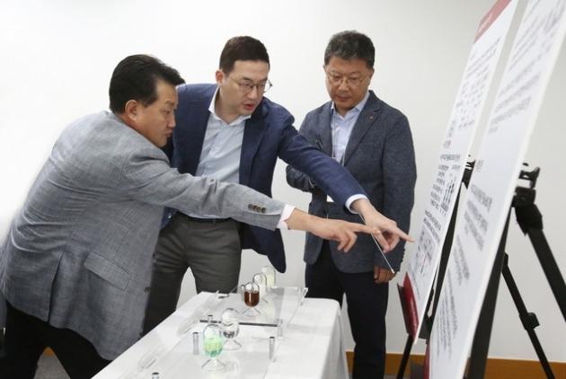 구광모 LG 대표가 차세대 OLED 시장 선도를 위한 핵심 공정 기술인 '솔루블 OLED' 개발 현황에 대해 연구개발 책임자들과 논의하는 장면. LG 제공.