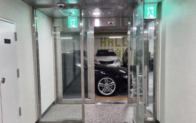 """""""출입구에 떡하니""""…고급 외제차 '무개념 주차'"""