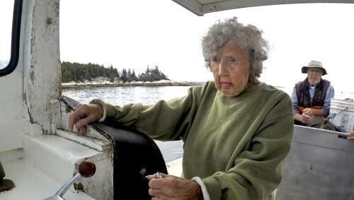 랍스터 잡는 101세 어부 버지니아 올리버와 78세 아들 막스/사진=AP