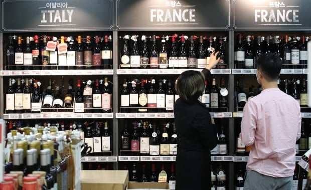 9일 서울 한 대형마트에 다양한 종류의 와인들이 진열돼 있다. 사진=뉴스1