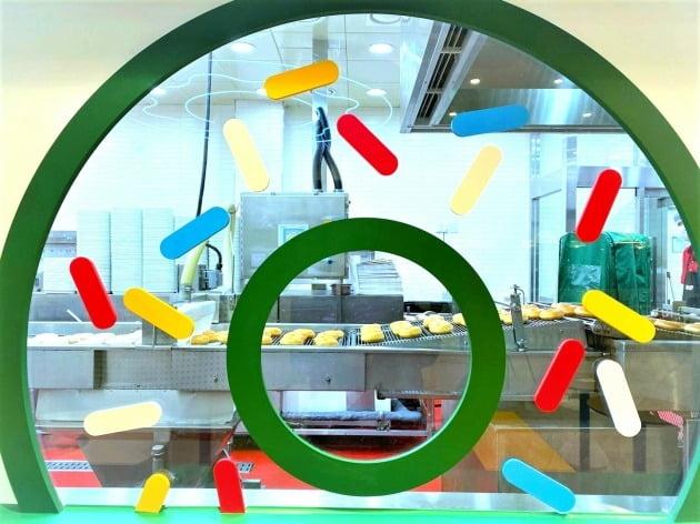 '도넛 극장'을 통해 도넛이 생상되는 과정을 전포 내부에서 직접 볼 수 있도록 꾸몄다.