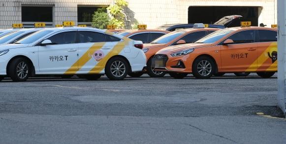 서울의 한 법인택시 회사 주차장에 운행 나갈 카카오택시들이 주차돼 있다. [사진=연합뉴스]