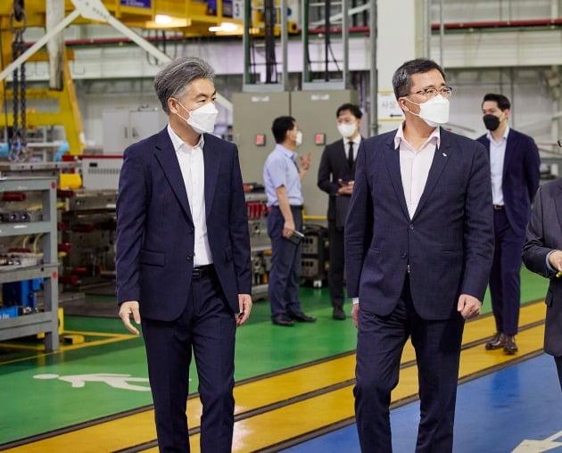 문성유 한국자산관리공사(캠코) 사장(사진 오른쪽)이 지난 16일  충남 합덕일반산업단지 내 한 자동차 부품 제조사를 방문해 현장을 둘러보고 있다. /캠코 제공