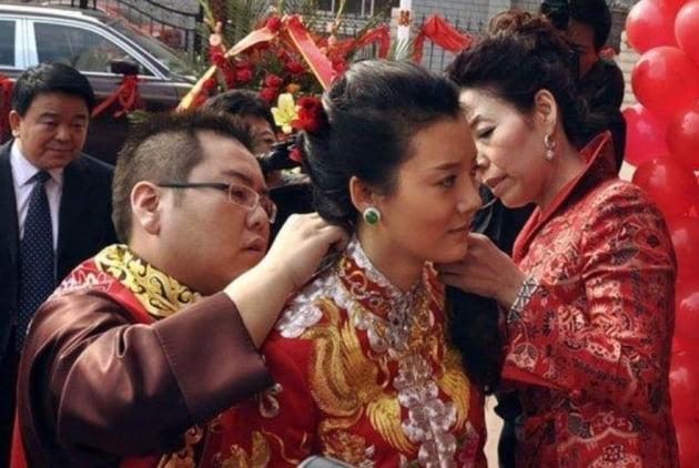 여배우 처샤오와 결혼 당시 리자오후이가 목걸이를 걸어주고 있다. /사진=연합뉴스