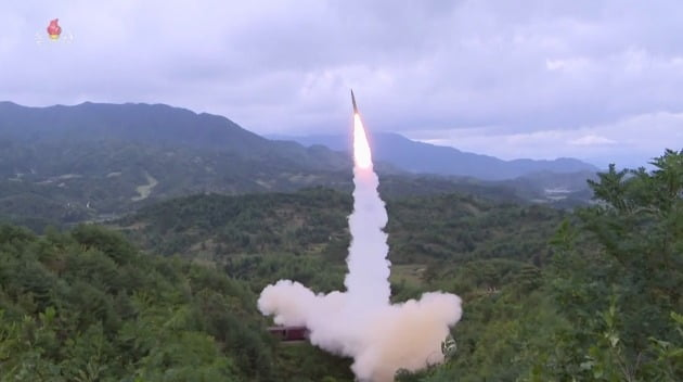 북한이 16일 조선중앙TV를 통해 보도한 탄도미사일 발사 장면. 열차에서 발사했다./ 연합뉴스