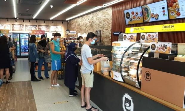 이마트24 말레이시아 3호점에서 현지 방문객이 쇼핑하고 있다. [사진=이마트24 제공]