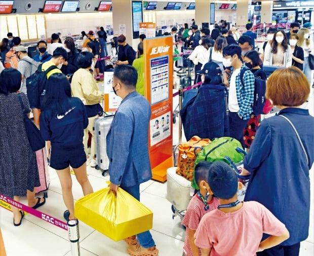 < 귀성·여행객 몰려…붐비는 공항 > 추석 연휴 시작을 앞두고 17일 서울 김포공항 국내선 청사가 귀성객과 관광객으로 붐비고 있다. 한국공항공사에 따르면 연휴 기간 전국 14개 공항(인천 제외)을 이용하는 승객은 114만 명에 달할 전망이다.  /허문찬 기자