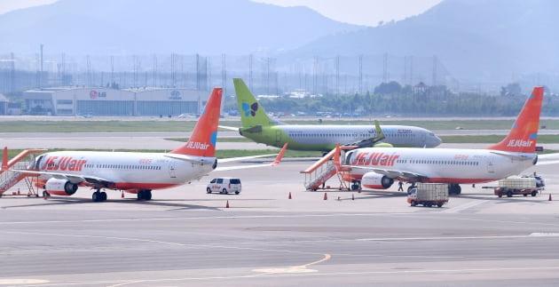 서울 강서구 김포공항에 LCC 항공사들의 비행기가 서 있다. 김영우 기자
