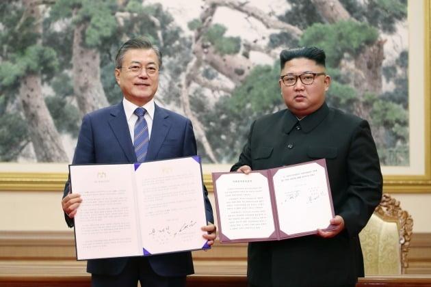 문재인 대통령과 김정은 북한 국무위원장이 2018년 9월 19일 평양 백화원 영빈관에서 평양공동선언문에 서명한 뒤 합의서를 들어 보이고 있다./ 연합뉴스