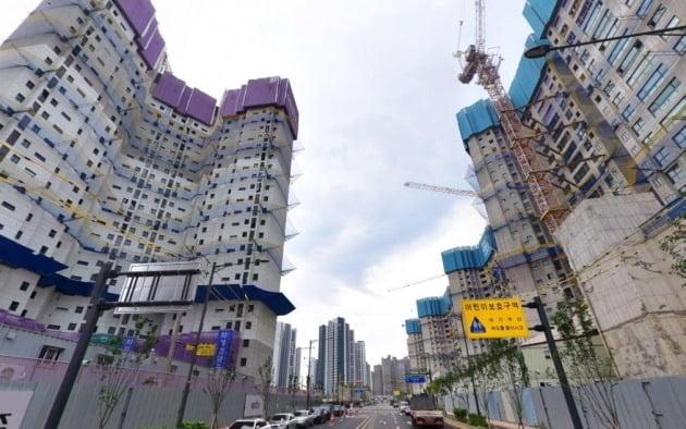 문화재청으로 고발 당한 인천 검단 신도시에 지어지고 있는 아파트. 사진=네이버 지도