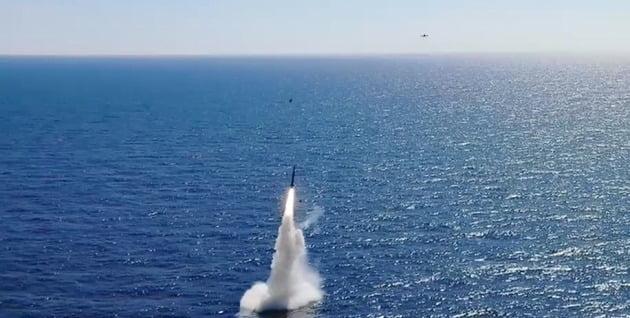 지난 15일 도산안창호함(3000t급)에 탑재된 잠수함발사탄도미사일(SLBM)이 수중을 빠져나와 하늘로 향하는 모습./ 국방부 제공