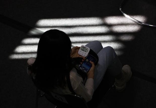 코로나19 예방접종센터에서 백신 접종을 마친 한 시민이 이상반응 모니터링을 하고 있는 모습. 사진=연합뉴스
