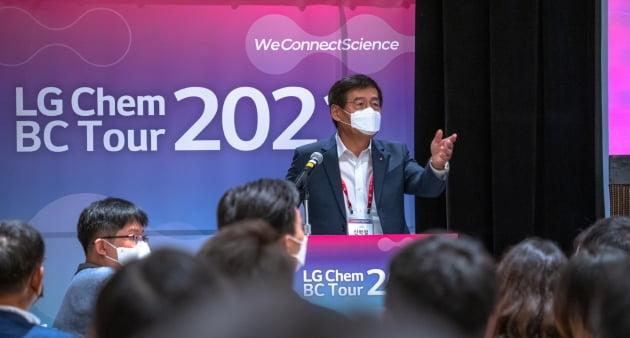 신학철 LG화학 부회장이 지난 17일 미국 뉴저지주티넥 메리어트호텔에서 열린 글로벌 인재 채용 행사 'BC투어'에 참석해 환영사를 하고 있다. LG화학 제공