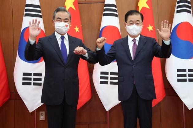 정의용 외교부 장관(오른쪽)과 왕이 중국 외교담당 국무위원 겸 외교장관이 지난 15일 서울 도렴동 외교부 청사에서 열린 한중 외교장관회담에 앞서 기념 촬영을 하고 있다. 신경훈 기자