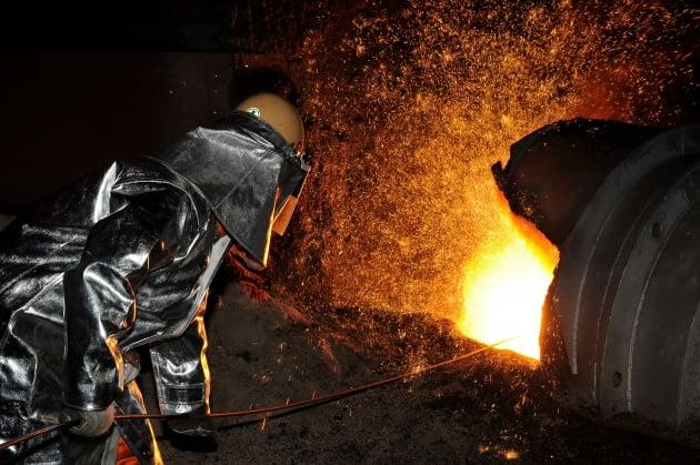 포스코 포항제철소에서 근로자가 고로 작업을 하고 있다. 포스코 제공