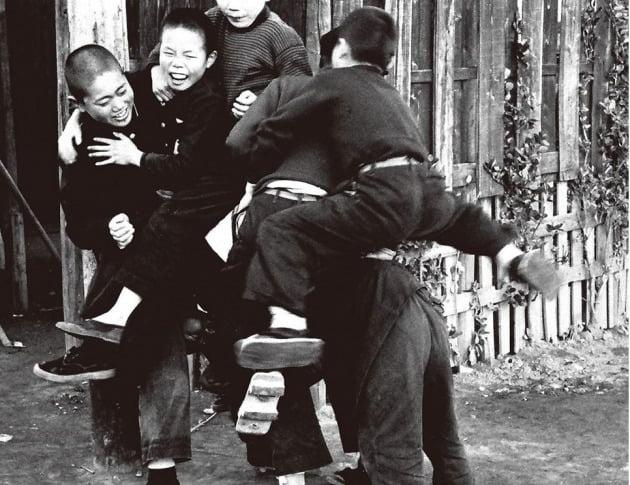 옛 일본 어린이들의 말뚝박기 놀이모습  /아마존재팬 홈페이지 캡처