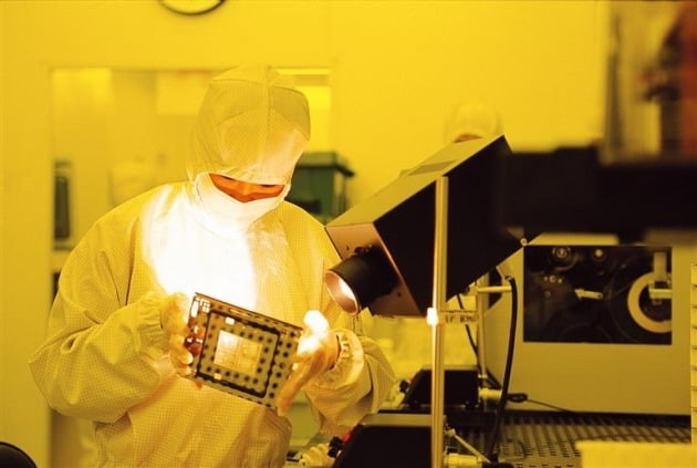 An employee inspects a photomask, a substrate used to make circuits on wafer disks, in a clean room at Samsung Electronics' semiconductor factory located in Hwaseong, Gyeonggi Province. [사진=삼성전자 제공]