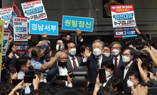 이재명 경기지사(오른쪽 세 번째)가 지난 24일 부울경 공약 발표를 위해 찾은 경남 창원 경남도의회 앞에서 지지자들과 시위대에 둘러싸여 발언하고 있다. 한경DB