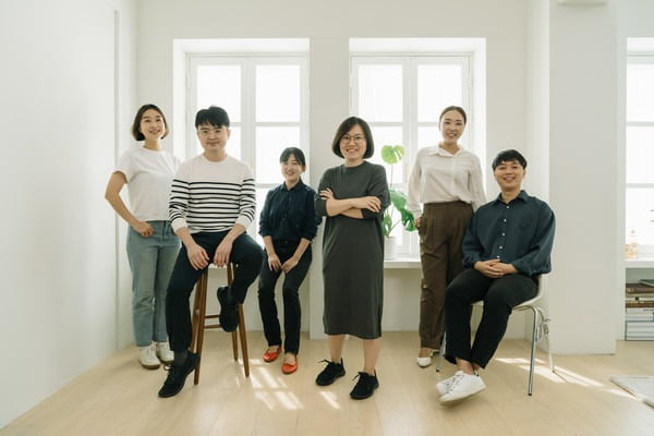 △조현주 대표와 직원들이 함께 포즈를 취하고 있다.