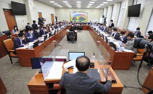 국회 정무위원회가 27일 국정감사 계획서 및 증인-참고인 출석요구의 건을 의결하고 있다. 뉴스1