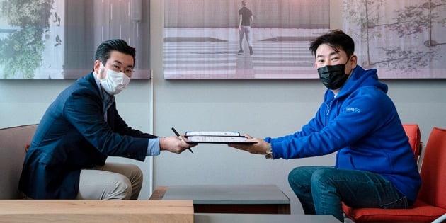 △성장근 카모아 부대표와 이준호 클룩 한국 지사장이 전략적 파트너십을 맺었다.