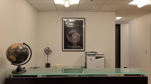 미국 실리콘밸리에 있는 노틸러스벤처스 사무실 입구. 앵무조개(노틸러스) 액자가 걸려 있다.