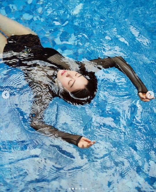 클라라, 과감한 수영복으로 드러낸 육감적인 볼륨감 [TEN★]