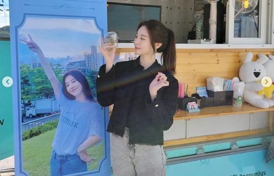 걸스데이 출신 유라, 커피 차 앞에서 여신 미모 발산 [TEN★]