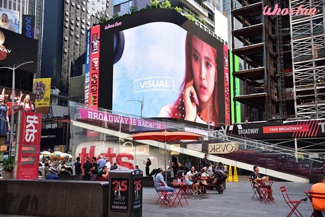 라잇썸 초원, 美 타임스퀘어 생일 광고…`비주얼+보컬+퍼포먼스` 완벽 3박자