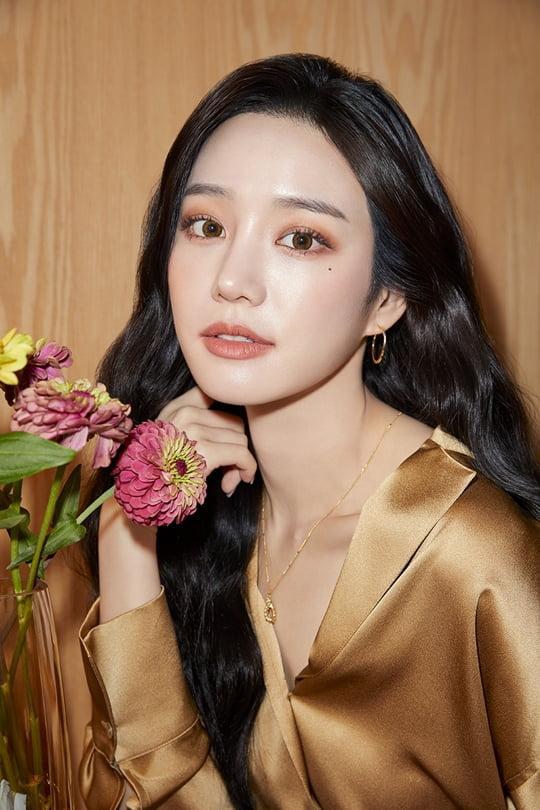 이유비, 사랑스러운 꽃받침 포즈로 매혹적인 비주얼…광고 비하인드 컷 공개