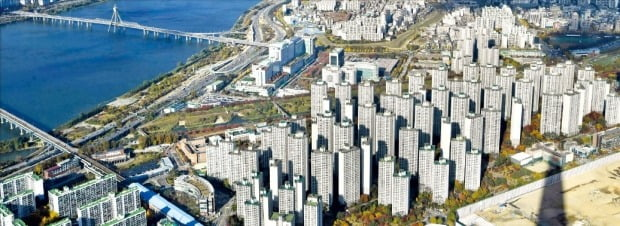 강남 지역 집값이 가파른 상승세를 보이고 있다. 이번주 서울에서 아파트 매매가격 상승률이 가장 높은 송파구 신천동 파크리오 아파트.  /한경DB