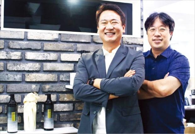 모다모다 프로체인지 블랙샴푸를 선보인 배형진 대표(왼쪽)와 이해신 KAIST 석좌교수. / 사진=한경 DB