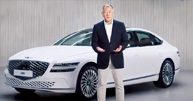 정의선 현대자동차그룹 회장이 2일 영상을 통해 제네시스의 전기차 전환 비전을 발표했다. 제네시스는 2025년부터 전기차와 수소차로만 신차를 출시할 계획이다.  /제네시스 유튜브  캡처