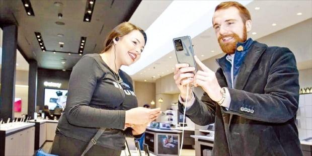 삼성전자 미국 매장에서 고객이 '갤럭시S20'를 만져보고 있다. 삼성전자는 갤럭시S20부터 해외모델 제품에 e심을 지원했다. /삼성전자 제공