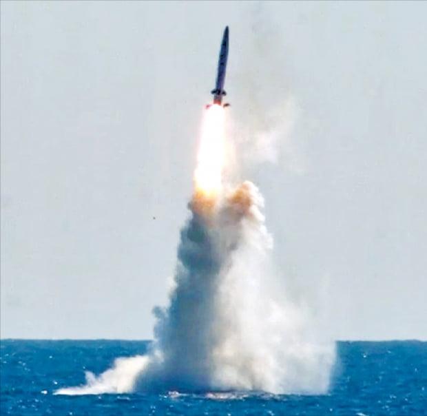 韓 SLBM 보유국 된 날…北, 동해로 탄도미사일 쐈다