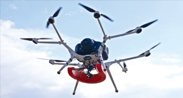 두산모빌리티이노베이션의 수소 드론이 구명 튜브를 싣고 비행하고 있다.  두산 제공