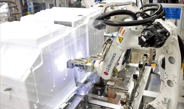 경남 창원시에 있는 LG스마트파크 통합생산동이 16일 1단계 가동에 들어갔다. 생산라인에서 로봇이 냉장고를 조립하고 있다.   LG전자 제공
