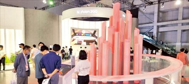 현대제철이 '2021 수소모빌리티+쇼'에 전시한 수소환원제철 공정 조형물.  현대제철 제공