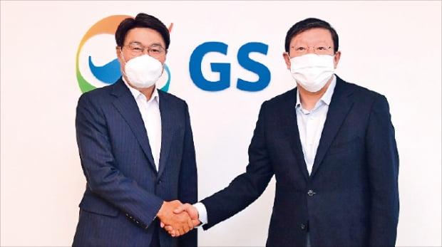 지난 7일 서울 강남구 GS타워에서 열린 '포스코-GS 그룹 교류회'에서 최정우 포스코 회장(왼쪽)과 허태수 GS 회장이 악수하고 있다.   GS  제공