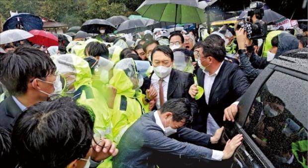 윤석열 전 검찰총장이 17일 보수단체의 반발 속에 박정희 전 대통령 생가를 떠나고 있다.  /연합뉴스